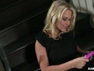 Büyük ğöğüslü sıcak çıplak alanah rae gets çok seksi için işlemek üzerinde the stairs için an eylem