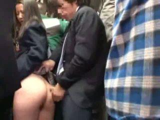 תלמידת בית ספר מגוששת על ידי stranger ב a crowded אוטובוס