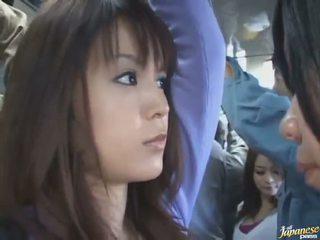 Bajo la falda disparo de un monada china en un crowded autobús