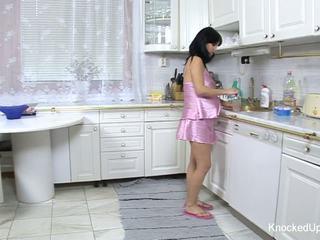 Bukuroshe & shtatzënë vogëlushe fucks në the guzhinë