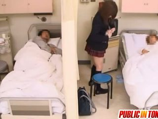 Styggt japanska tonårs gets körd i en hospital säng