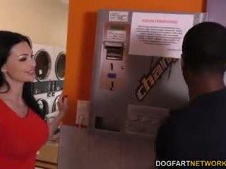 Aletta ocean does anaal in de laundromat
