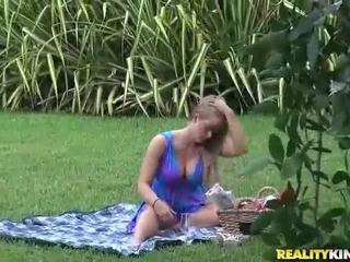 جبهة مورو holly قلب gets eaten في ال park