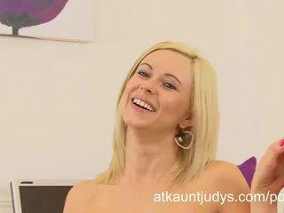 Anna joy gets cachonda y masturbates después an entrevista en la oficina