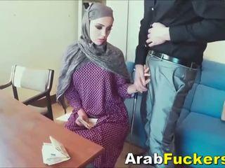 Arab dalagita looking para job lansihin into pakikipagtalik