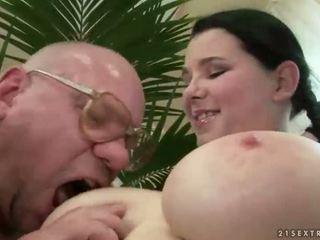Τυχερός γιαγιά γαμήσι με με πλούσιο στήθος έφηβος/η
