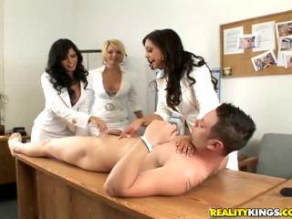 Meninas having diversão nu
