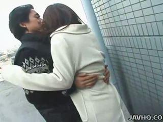 Fierbinte japonez adolescenta exhibs și gets inpulit afara