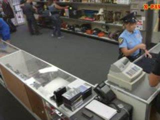 Tettona polizia ufficiale pawns suo stuff e nailed a guadagnare contante