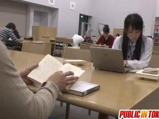 Sexy japonais étudiant baisée en la salle de classe