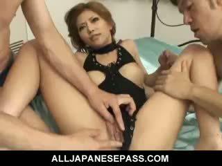 Piękny japońskie dziewczyna akane hotaru takes two cocks w the