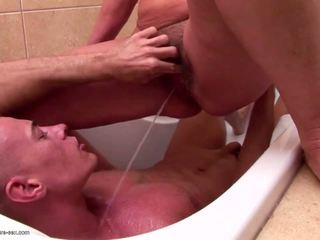 成熟 媽媽 和 阿媽 piss 和 fucks 年輕 兒子: 色情 85