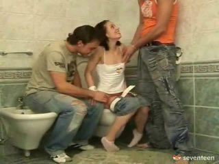 Tiga beberapa di dalam itu washroom