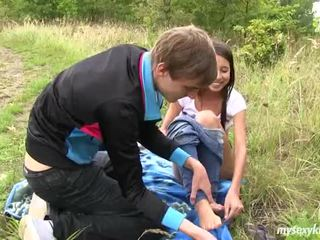 Tynn tenåring paula gets knullet outdoors