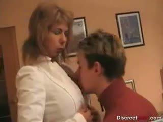 Príťažlivé nemecké mama teaches chlapec