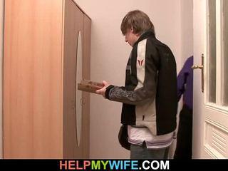ישן אדם pays a פיצה אדם ל bump שלו teenaged אישה