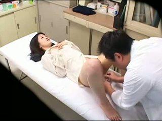 Perverssi lääkäri uses nuori potilas 02