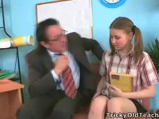 Irena was surprised tento ji učitel has takový the obr čurák.