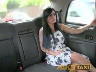 Fake taxi seksuālā masseuse gets fucked par automašīna bonnet