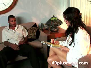 Pieauguša raven plays medmāsa ar melnādainas hunk