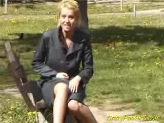Blondie pees içinde children park