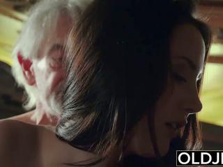 Sexy jovem grávida likes para obter fodido por avô o velho homem.