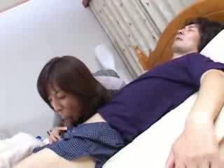 Warga jepun ibu sneaks ke dalam husbands sepupu katil video