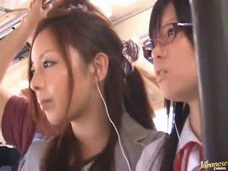Shameless pervertert kinesisk females having funtime rundt bananas i offentlig buss