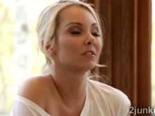 Loira jovem grávida aaliyah seduces maravilhosa loira madura cherie