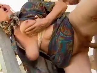 2 maatila isoäidit seduced mukaan nuori mies