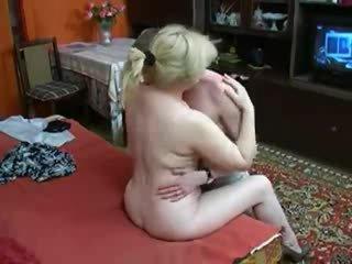 Mature mère seduces pas son fils