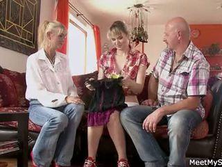 热 妈妈 和 爸 ( parents) 使 他们的 女儿 裸体 和 有 性别