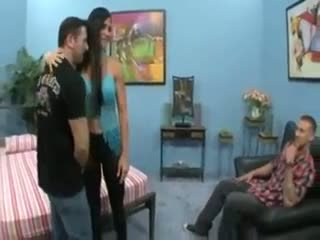 Chaud femme baisée tandis que mari watches
