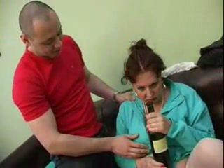 Guy geneukt zijn dronken mam