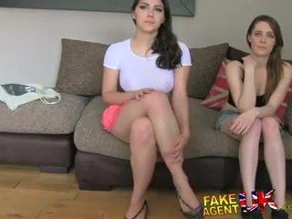 Fakeagentuk two 女孩 高兴 到 他妈的 他 为 一 色情 工作 lezzing 向上 和 肛交