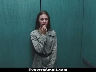 Exxxtrasmall - extra liten eskortera stretched av en enormt kuk