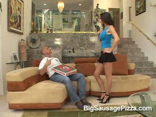 חם שחרחורת does מציצות ל guy עם פיצה ב זין תוך kneeling