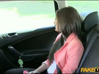 Simpatiska amatieri brunete meitene nailed līdz fake driver