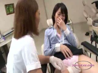 الآسيوية امرأة التقبيل getting لها الحلمات و أصابع sucked