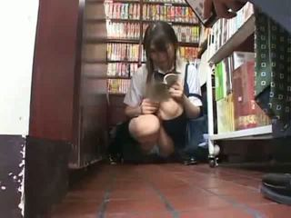 Schüchtern schulmädchen befummelt und used im ein bookstore
