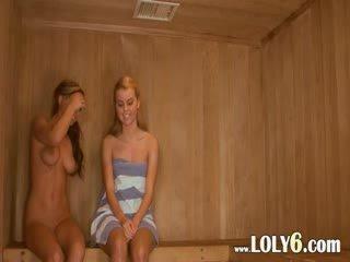 Lesbisch poesje licking in de heet sauna