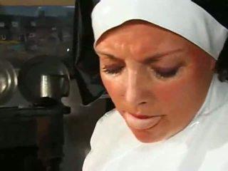 Velika chested debelušne nuna fucks & sucks
