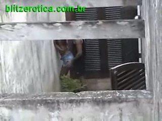 Spycam baise chaud noire en public caché