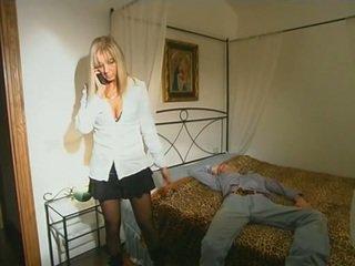 Blondine step-mom in kniekousen seducing zoon