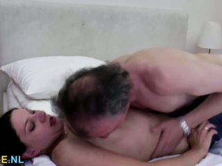 褐发女郎 青少年 性交 由 an 老 男人