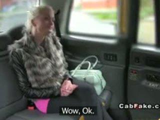 Tettona finlandese bionda bangs in taxi