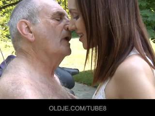 I ri ruse vajzë rides vërtet i vjetër njeri
