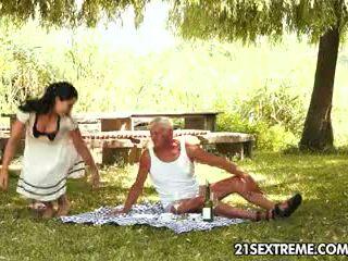 วัยรุ่น cutie s เซ็กส์แปลกๆ picnic ด้วย a ตา