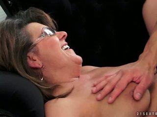 Nuori guy fucks kuuma mummo