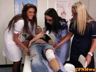 Nurses adele og emma tugging kuk hardt